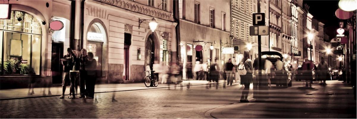 ruch uliczny wieczorem